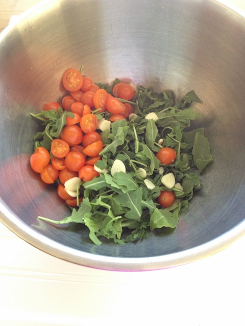 Arugula, garlic and tomatoes for the crostata