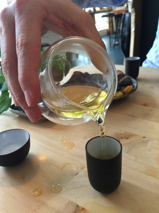 jeff-pouring-oolong-tea-saku-tea