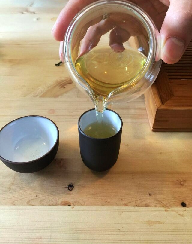 pouring-oolong-tea-at-saku