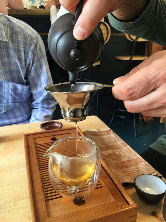 teapot-and-strainer-saku-tea